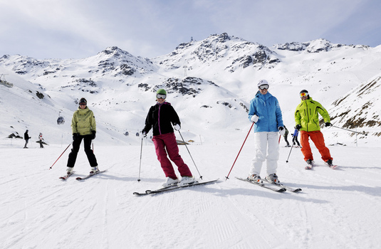 skiing in group